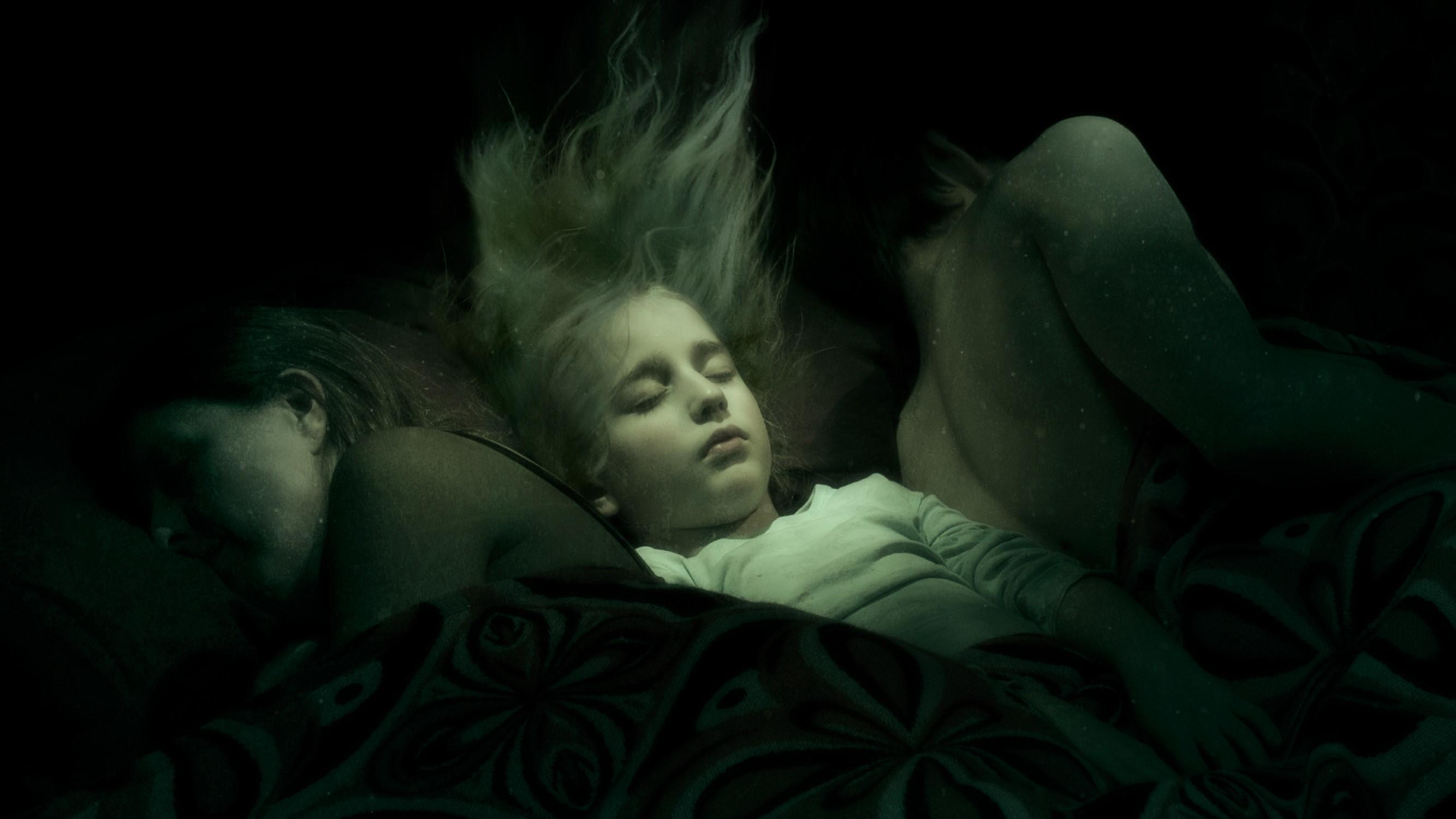 Still uit Reruns 1 De jonge Rosto als slapend onderwaterkind