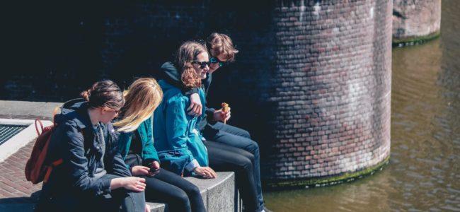 BOEKEN MAATSCHAPPIJ 2 Jongeren in Amsterdam Ethan Hu via Unsplash