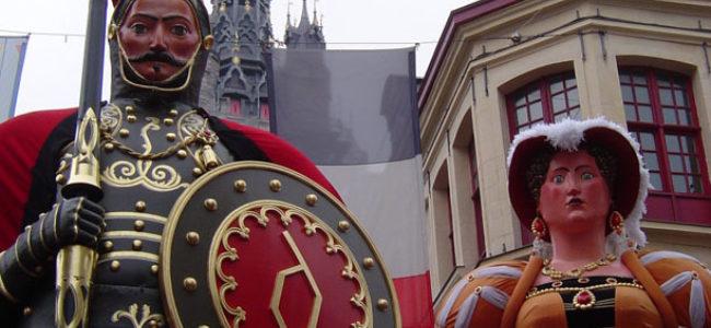 Le géant Gayant et sa femme Marie Cagenon devant le beffroi de Douai fêtes de Gayant c A Ceccarelli gayant nordnet